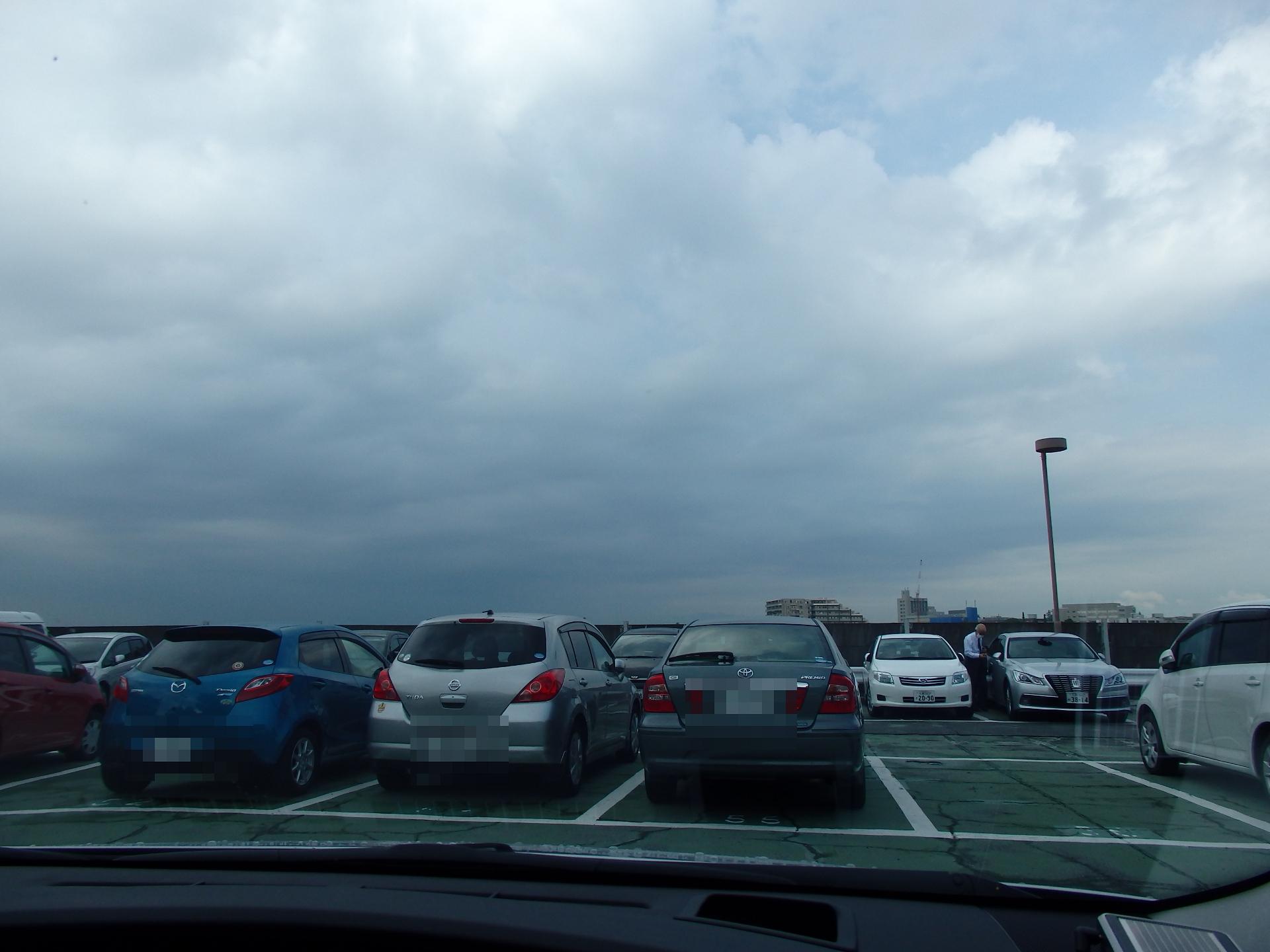 今日は駐車場が満杯でした。