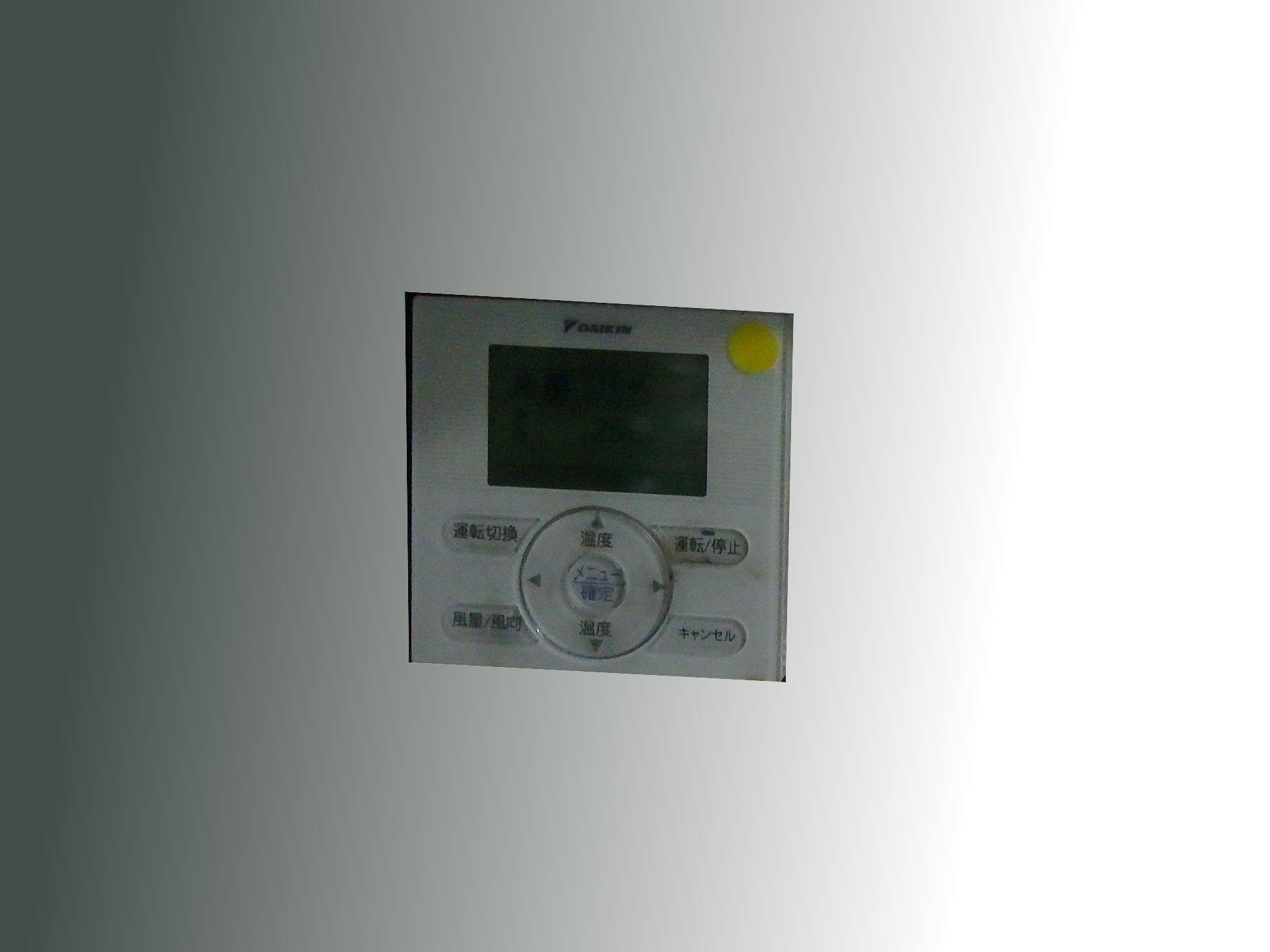 デマンドオーバー時に消す順番のシールを貼ったエアコン操作盤。