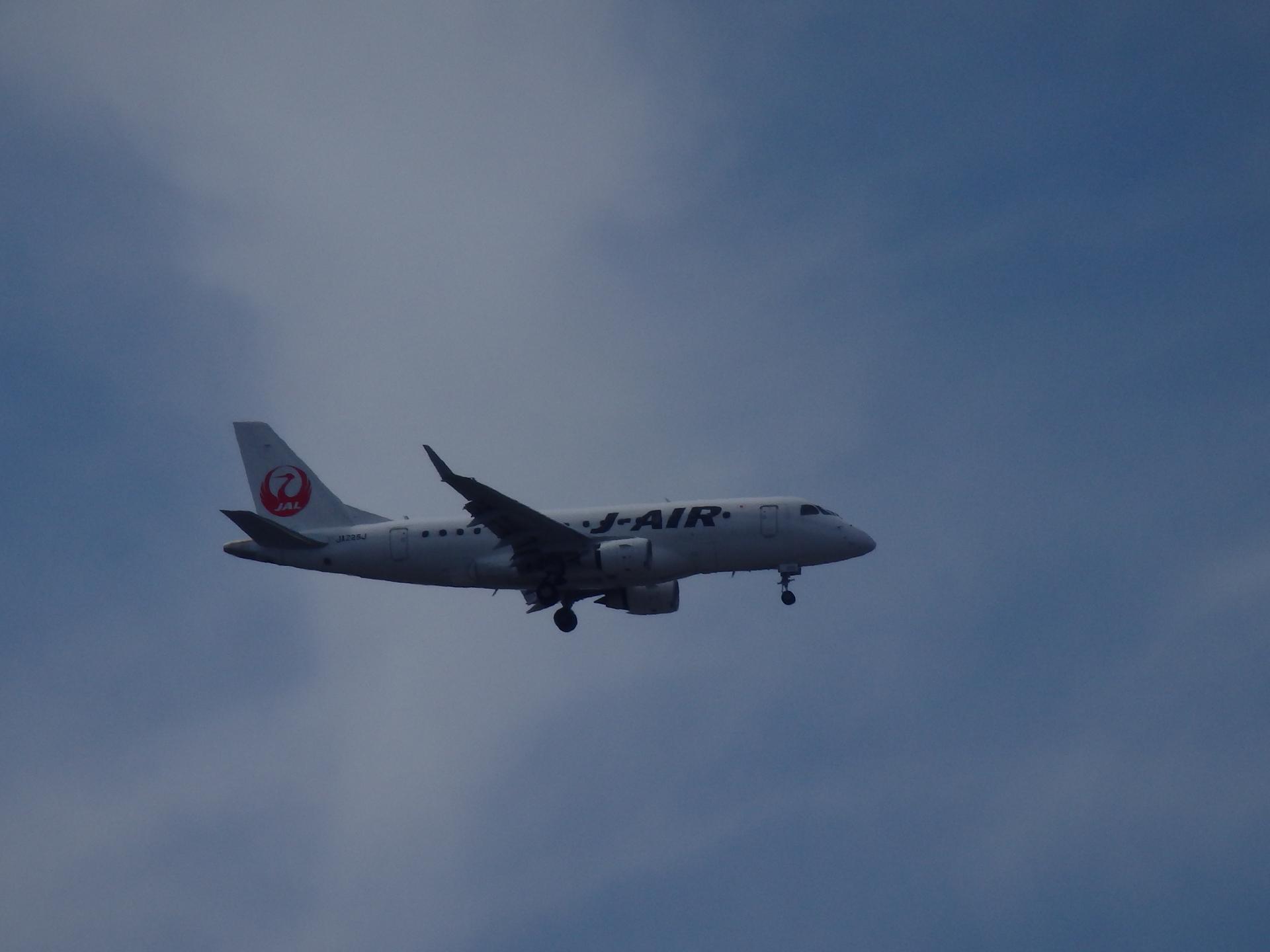 新鶴丸カラーのエンブラエル機です。