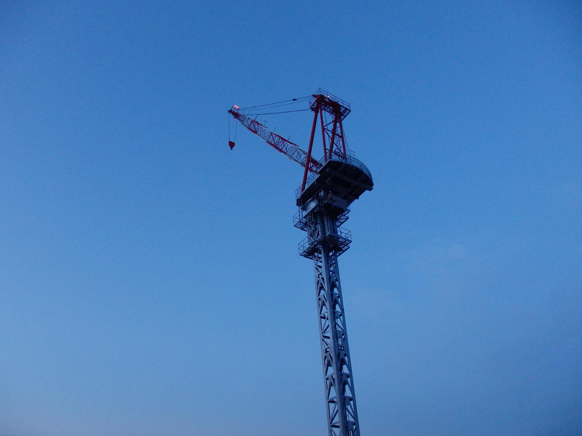 天高くそびえ立つ沢井製薬ビル建設のクレーンタワーです。