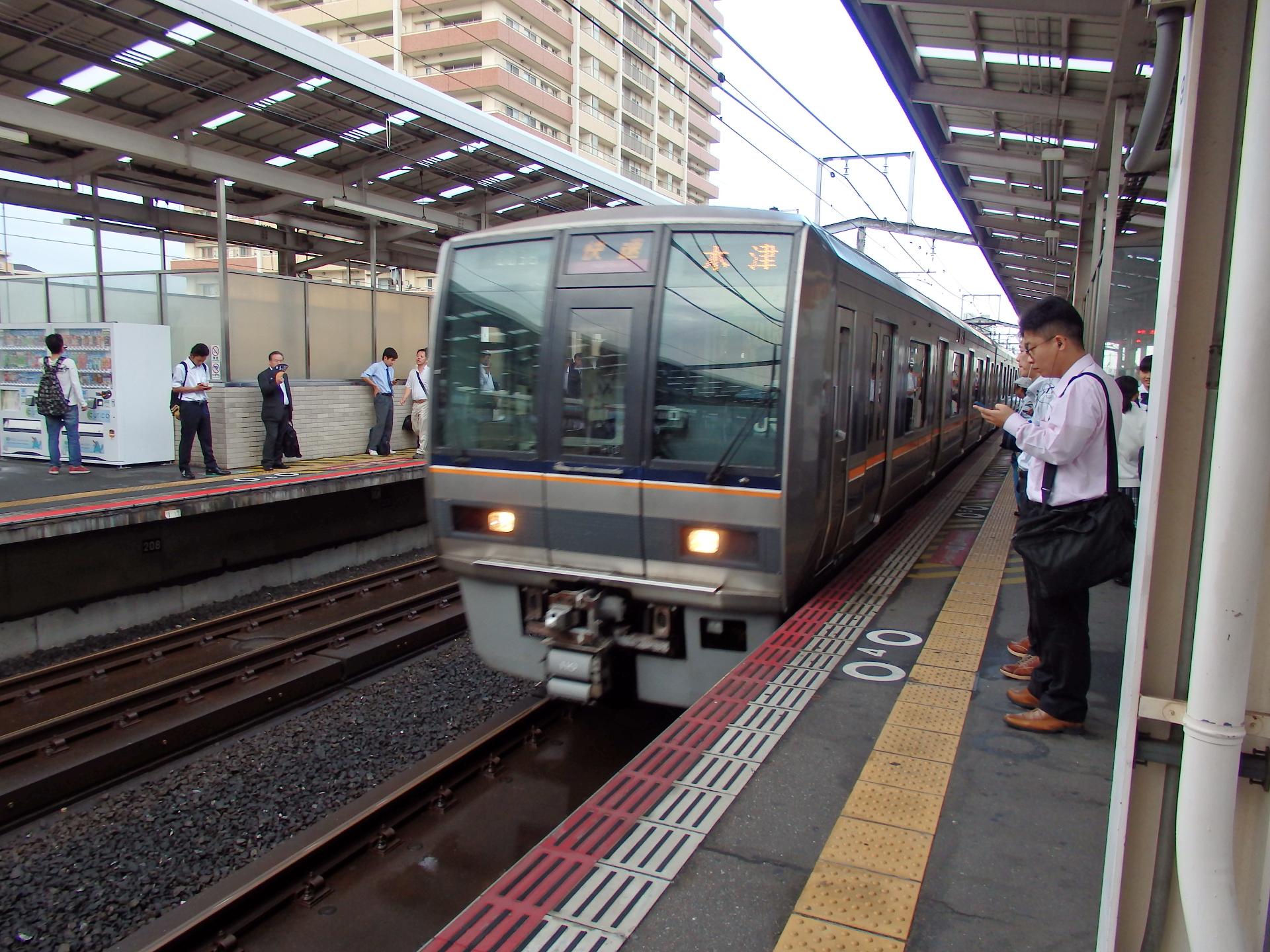 207系木津行快速です。