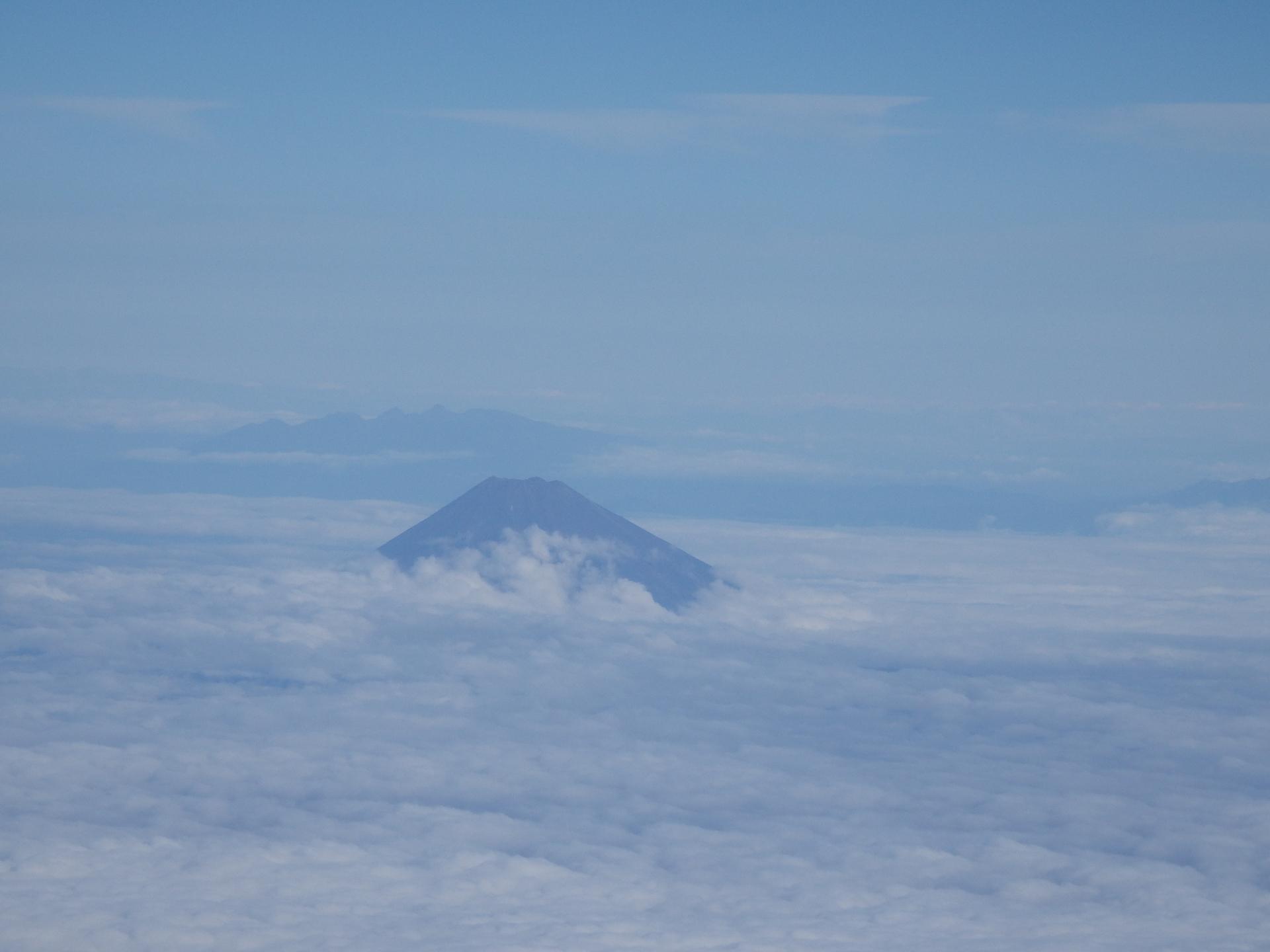 雲をかぶる富士山です。