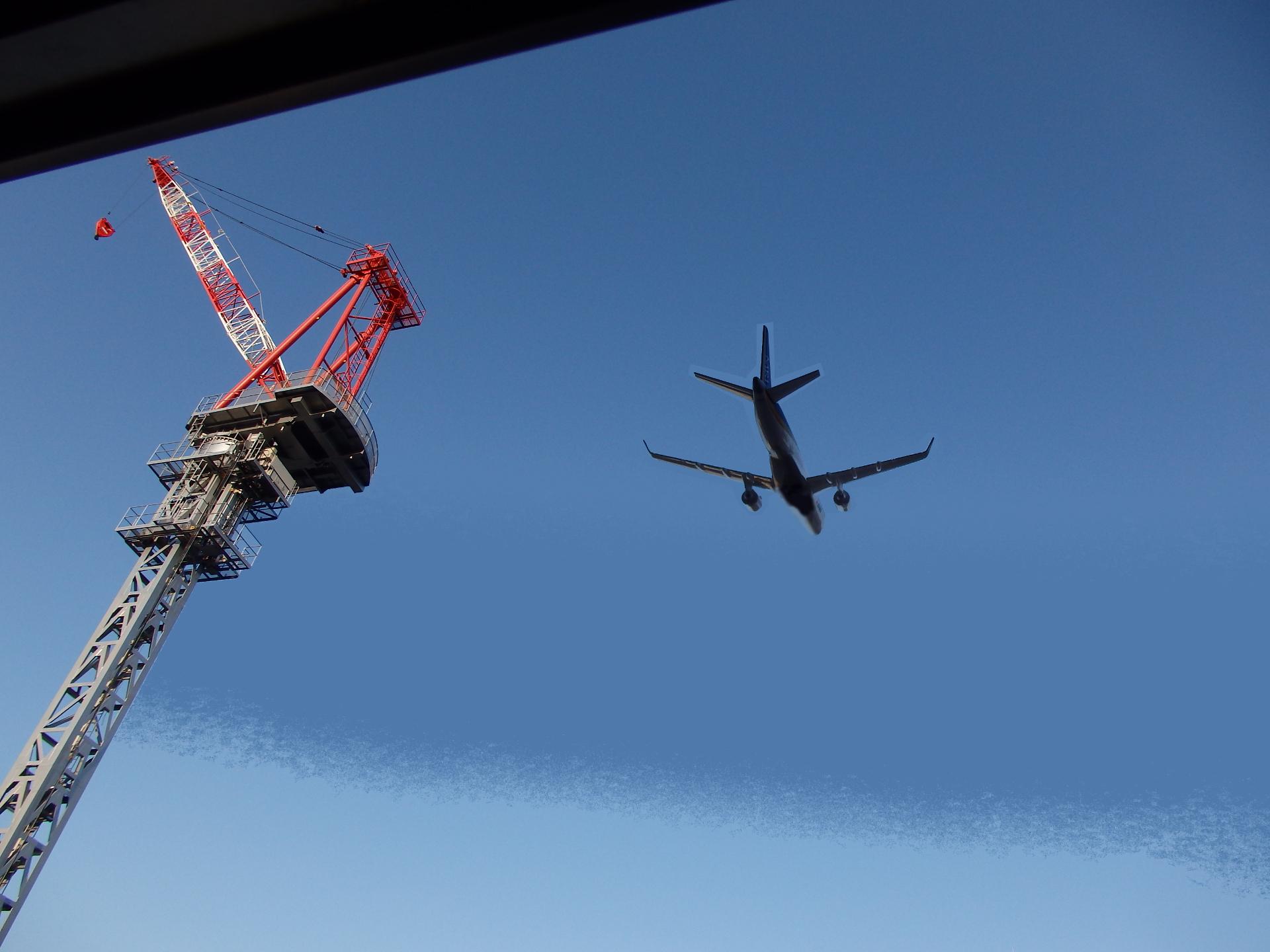 """自宅上空を""""飛翔""""するMRJ90です。"""