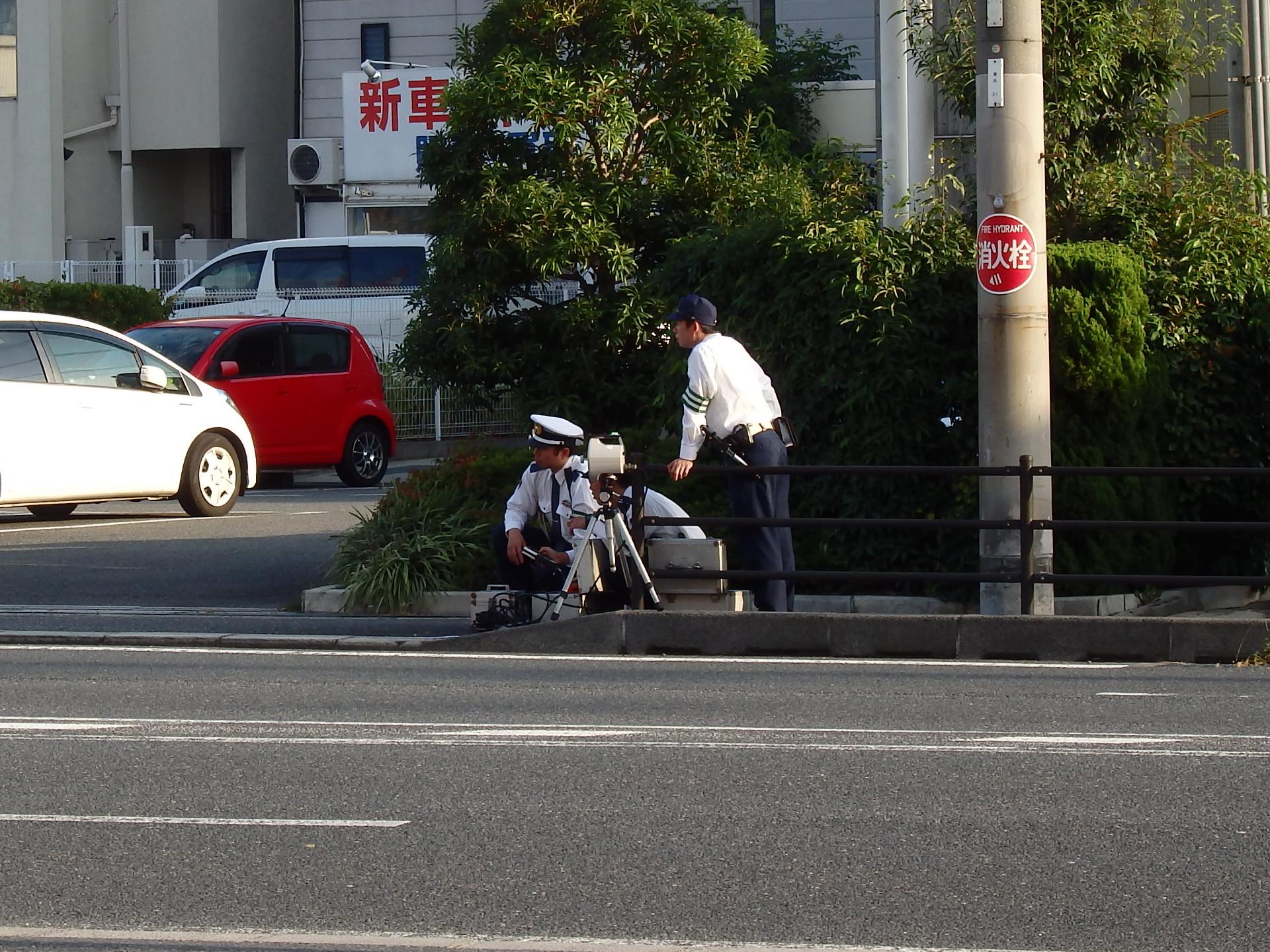 こんな場所、こんな時間帯にネズミ取りをする卑劣な交通警察です。