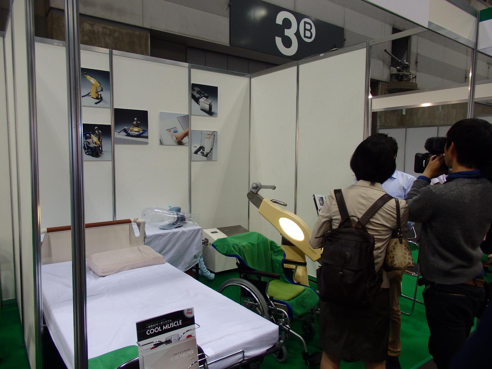 ロボット技術を応用した介護ベッドシステムです。