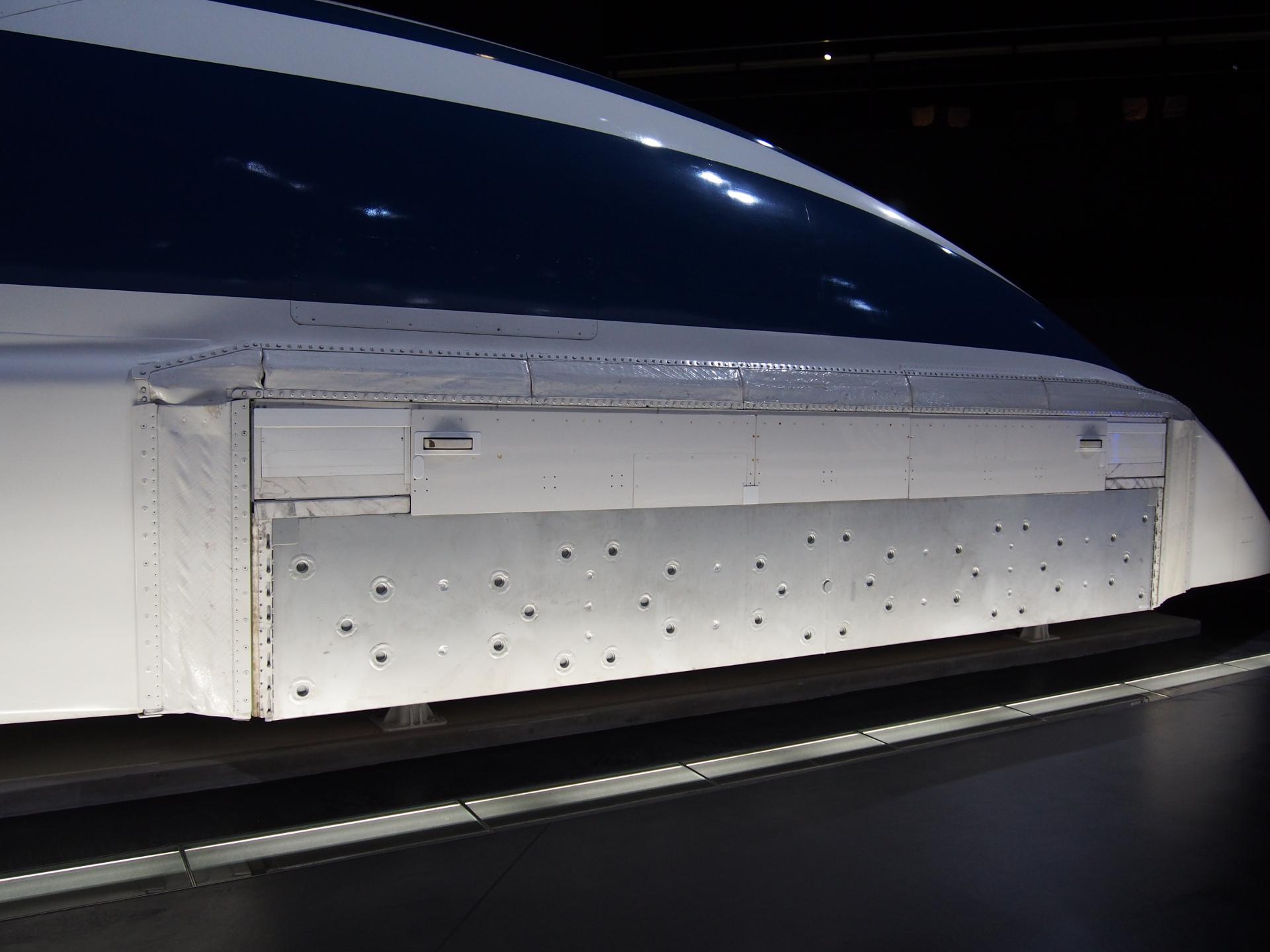 リニア新幹線の超伝導磁石の浮上・走行システムです。