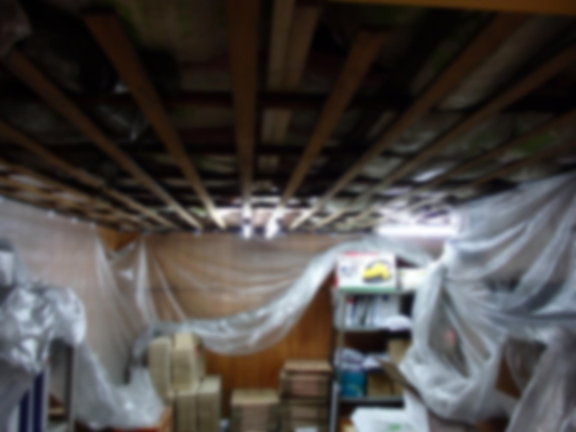 2階通路兼倉庫の天井改修工事です。