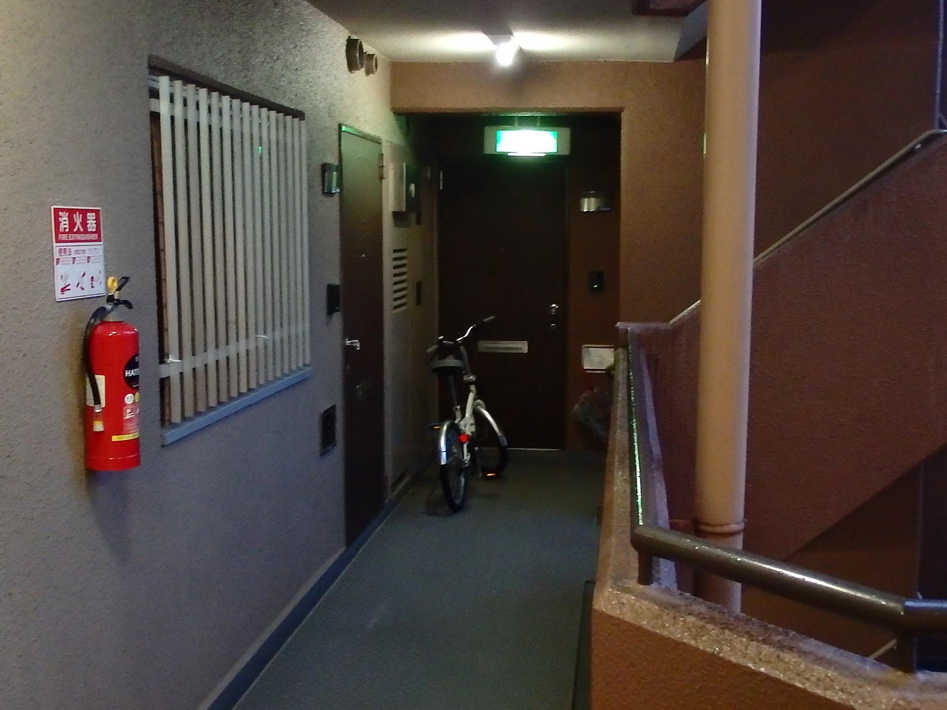 マンションの共用部分に自転車を置く者が居ます。