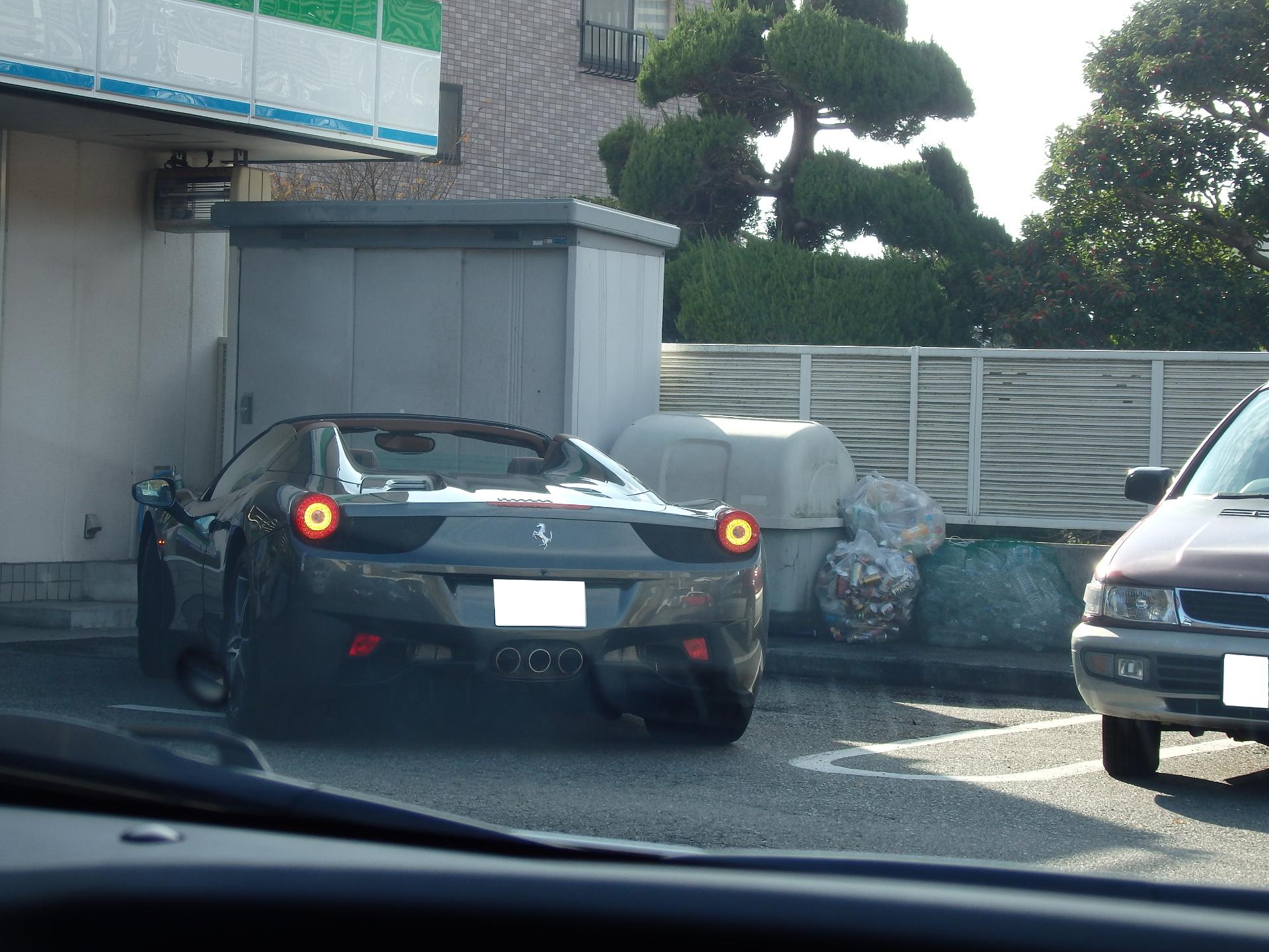 コンビニ客の注目を集めていたフェラーリです。