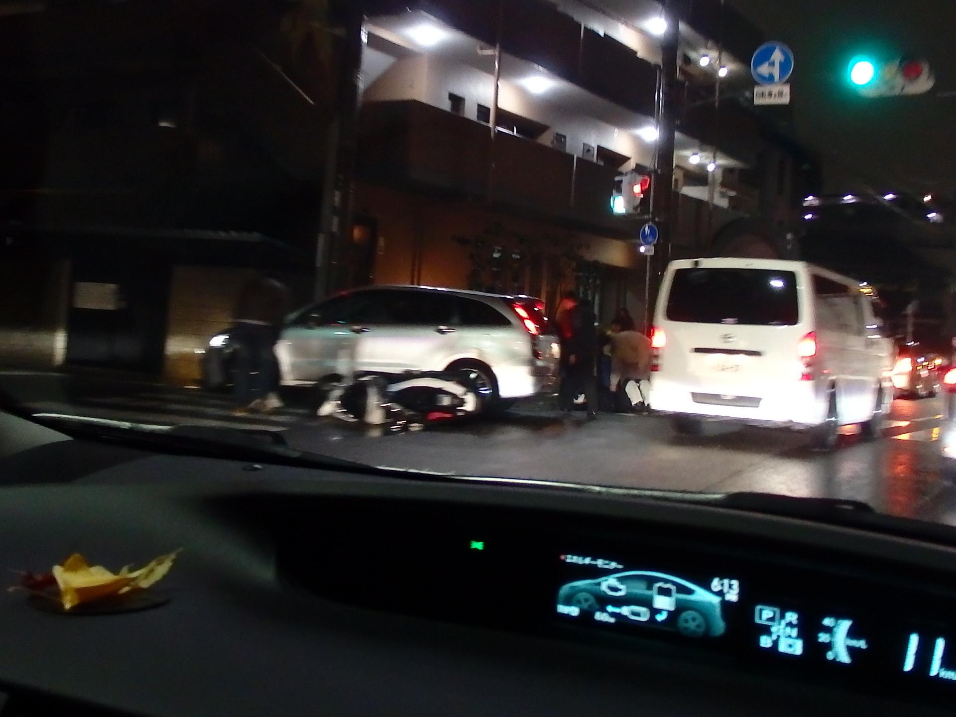 自動車とバイクの右直事故。