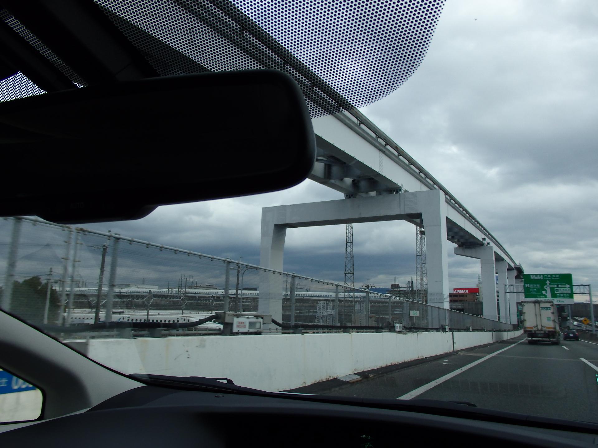新幹線700系と鳥飼車両基地です。