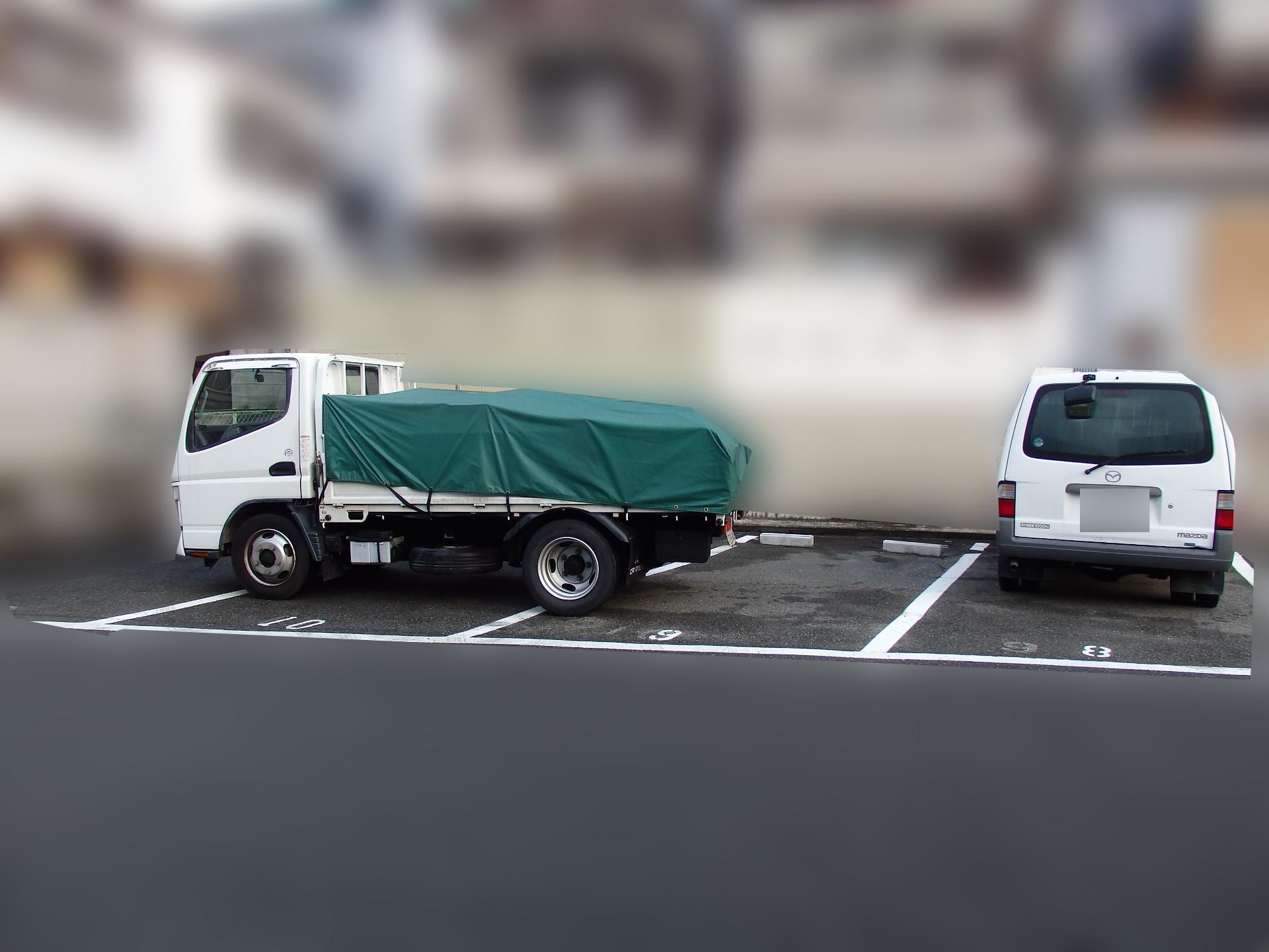 トラックをレーンに串刺し駐車。