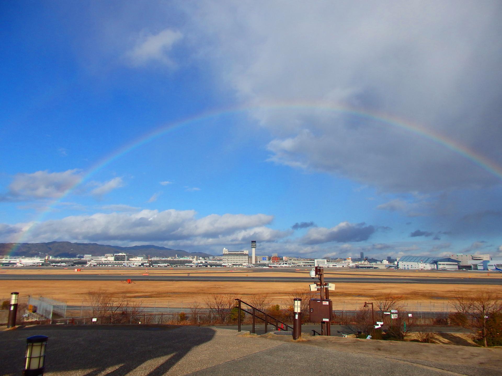 空港全体に虹が掛かりました。