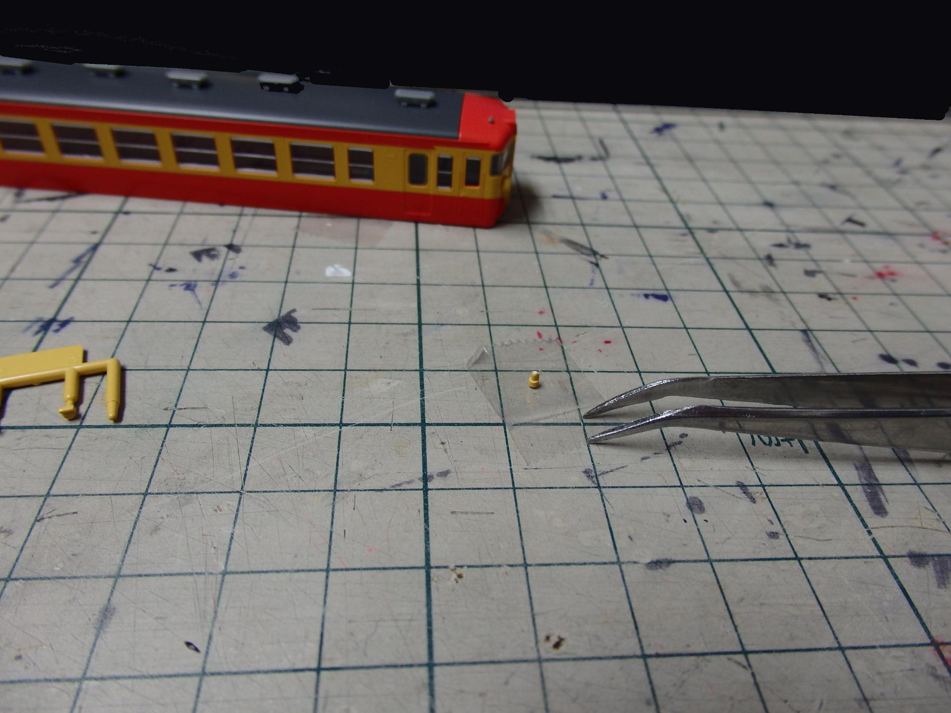 細かいパーツは透明セロファンテープで。