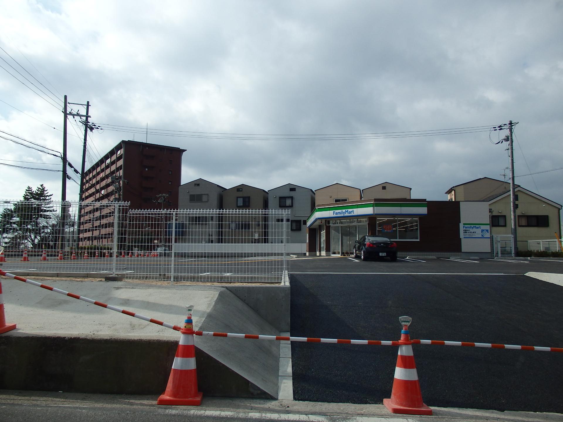 完成間近のファミリーマート中野西店(仮称)です。