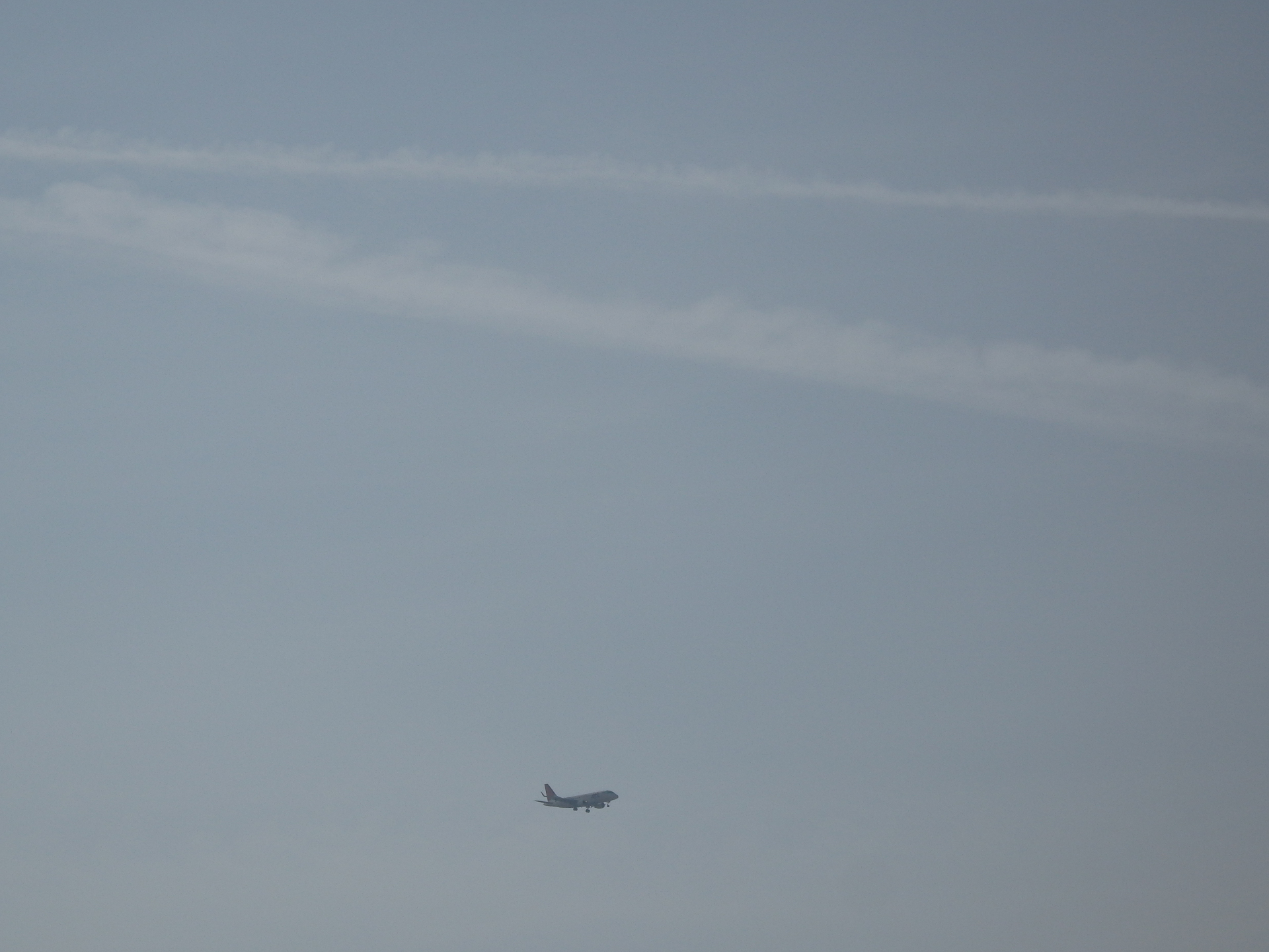 飛行機雲が多いです。