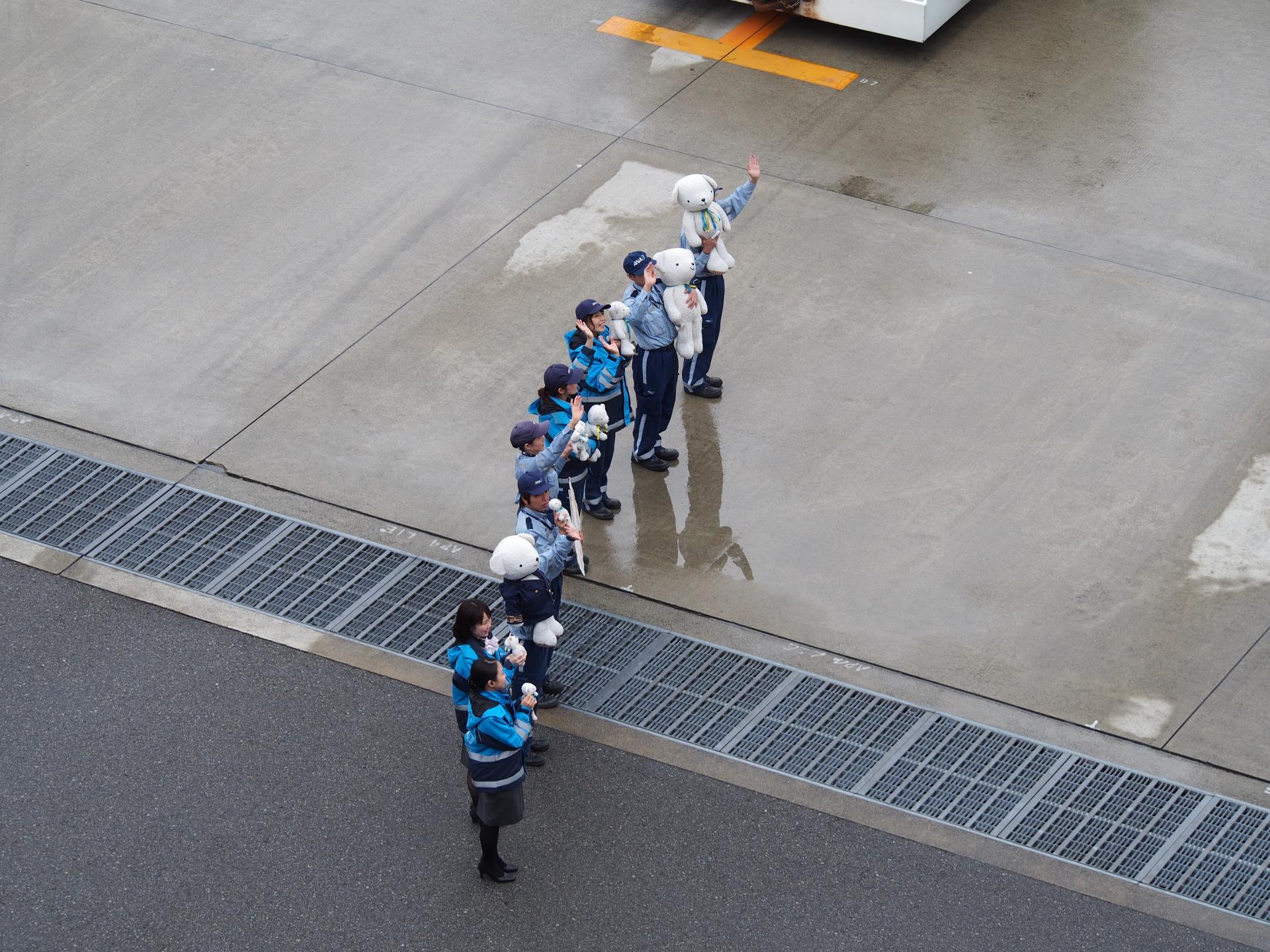 乗客を見送るグランドスタッフたち。