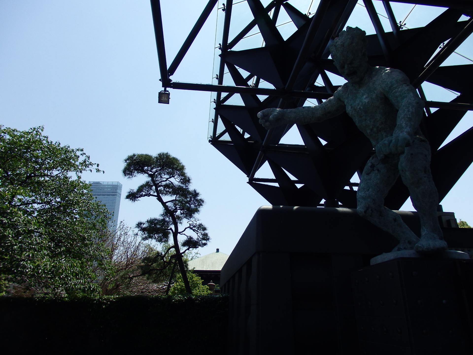 一心寺の仁王門と松とアベノハルカスです。