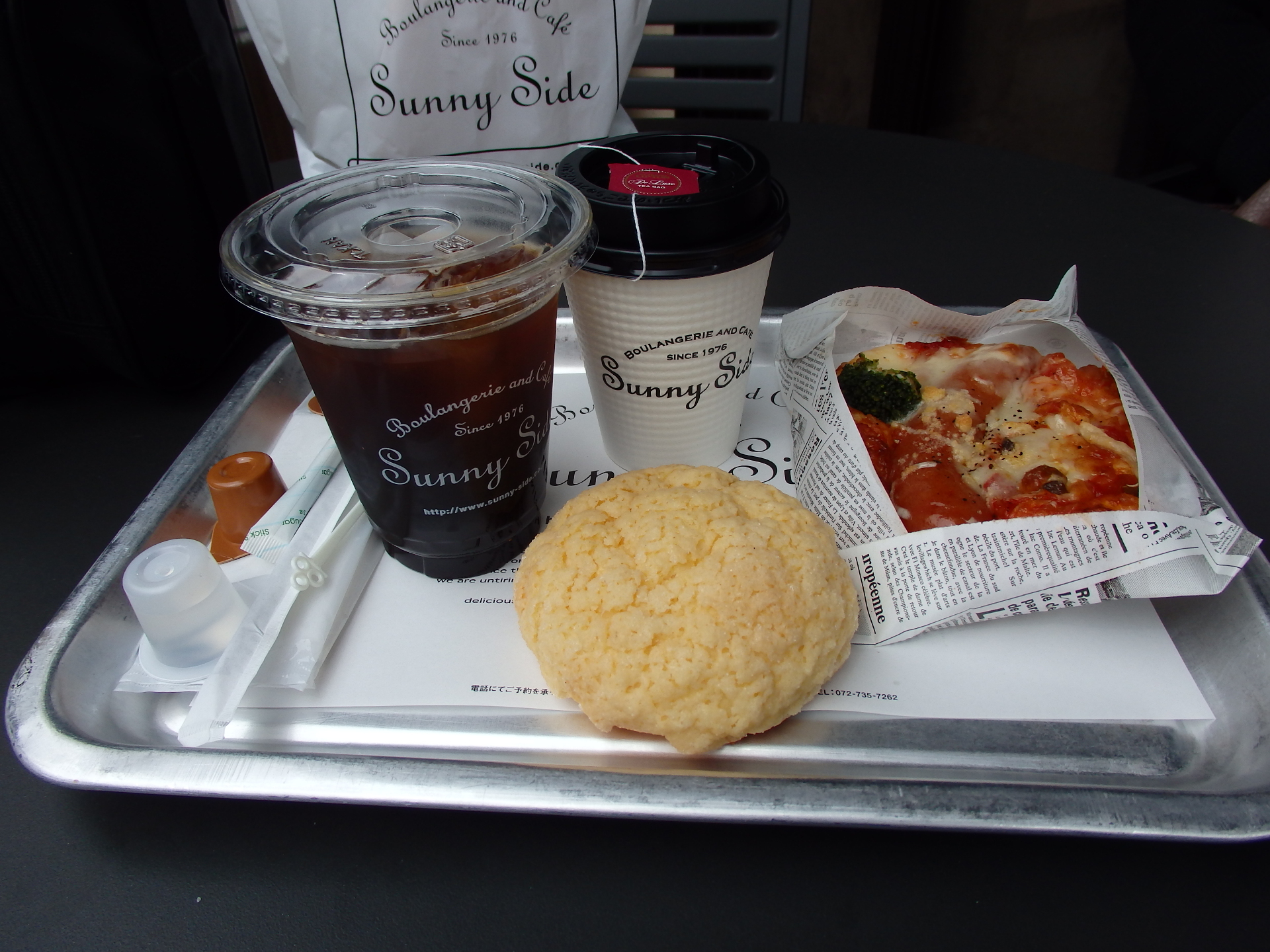 外のテラス席で食しました。