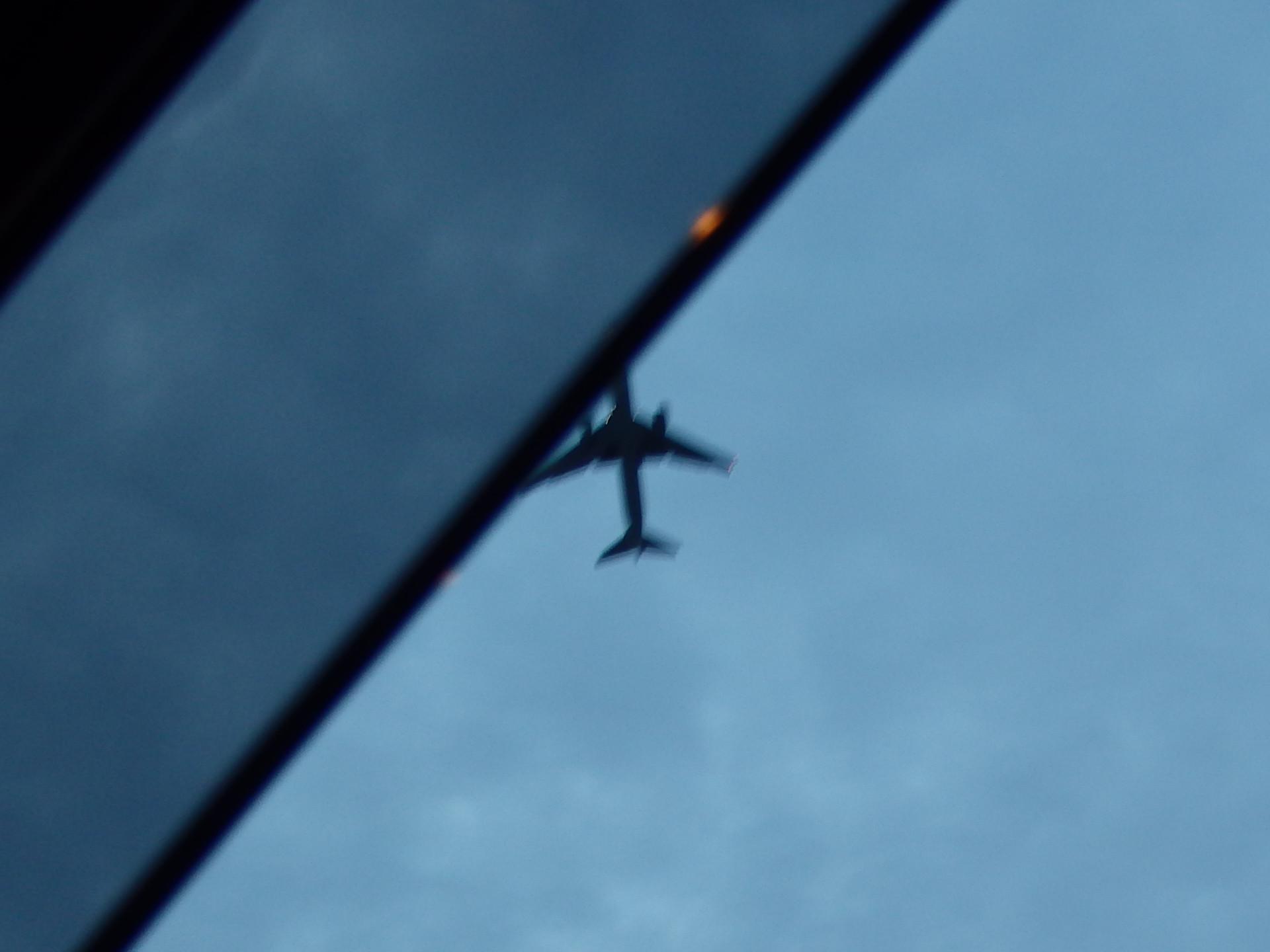 新大阪駅のど真ん中を通過して着陸態勢に入る航空機です。