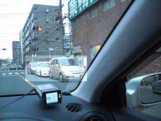 業務スーパー前の深刻な路上駐車。