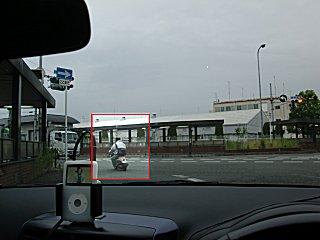これも赤信号無視のバイクです。