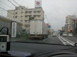 トラックの路上駐車も迷惑です。