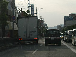 迷惑で危ないトラックの路駐です。
