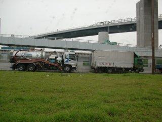 昼間はトラックの傍若無人な路駐が多いです。