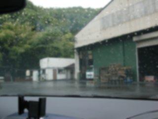 雨の中、工場に到着です。