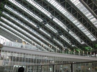 この大屋根の上に太陽電池。