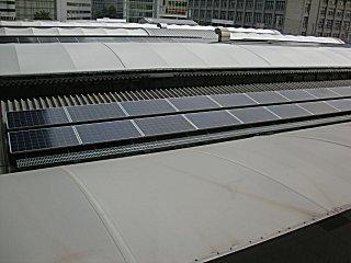 ホーム屋根の太陽電池です。