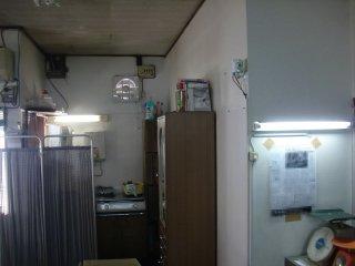 スポット照明で天井蛍光灯をカットしました。