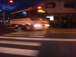 小型とは言え、かような隘路にバスを通すのは如何なものか。