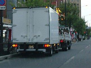 鬱陶しいトラックの路駐です。