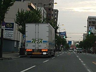これまた鬱陶しいトラックの路駐です。