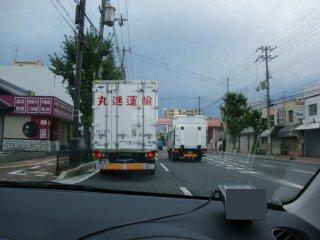 ノロノロ運転のくせに信号無視だけはシッカリするトラックです。
