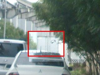 赤枠のトラックは違う方向に行こうとして本当に迷惑です。