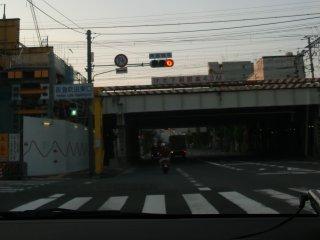 ミニバイクの露骨な信号無視。