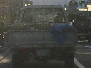 無謀運転を繰り返すトラックです。荷物のセメント袋が落ちそうでした。