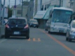 狭い道に路駐して交通を妨害するリッターカーです。