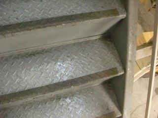 隙間から階段へ雨漏りです。
