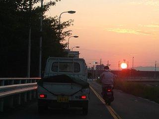 ノロノロ運転の軽トラと通行区分違反のミニバイク。