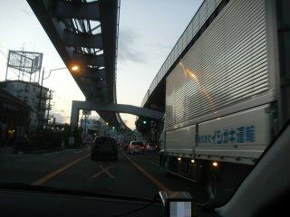 今朝はトラックがやたら多かった。