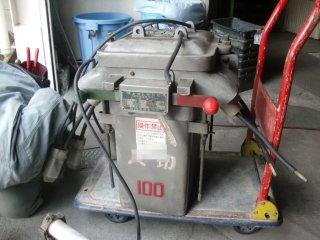交換した高圧スイッチ。以前の担当者の名前も。今時は油を使わないそうです。