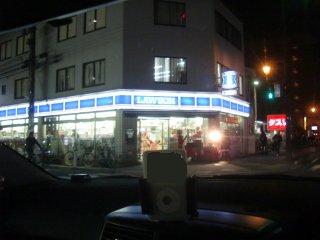 ローソンやローソン100ではサンタ・コスプレでケーキを販売。