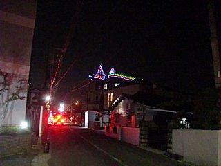 未だに残るクリスマスツリー電飾。流石にサンタは外したが・・・。